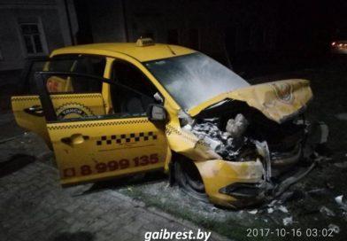 Таксист в Кобрине врезался в дом