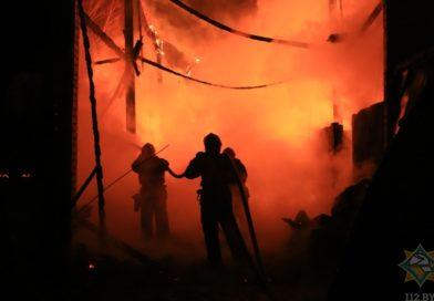 Трудна работа спасателя: пожар в Бресте (видео)