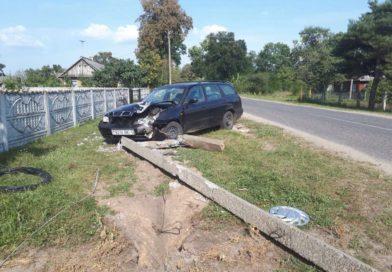 В Малоритском районе автомобиль врезался в опору линии электропередач