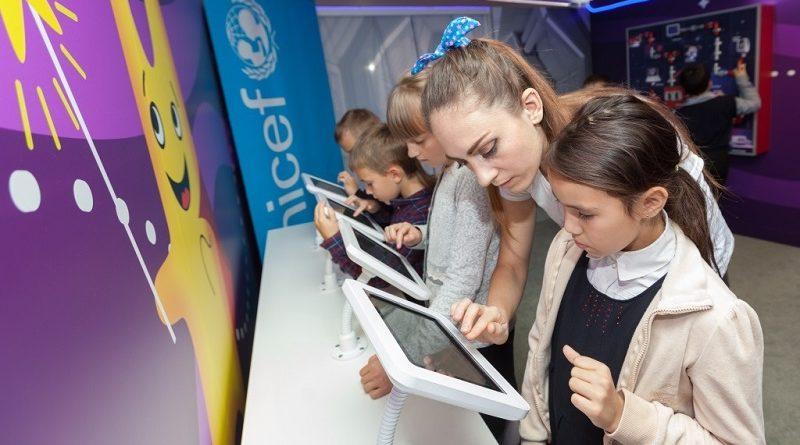 Более тысячи школьников посетили выставку МТС «Вселенная интернета»— работа экспозиции продлена