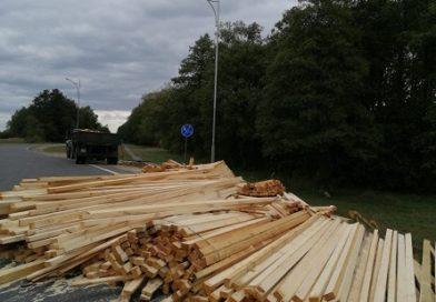 В Малоритском районе из прицепа грузовика на проезжую часть высыпались пиломатериалы