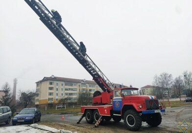 Спасатели отработали навыки тушения пожаров в многоквартирных домах (Малоритский район)